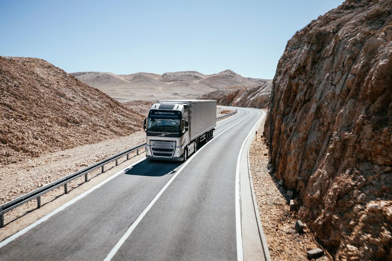 Sunkvežimis važiuoja per kalnuotos dykumos kraštovaizdį